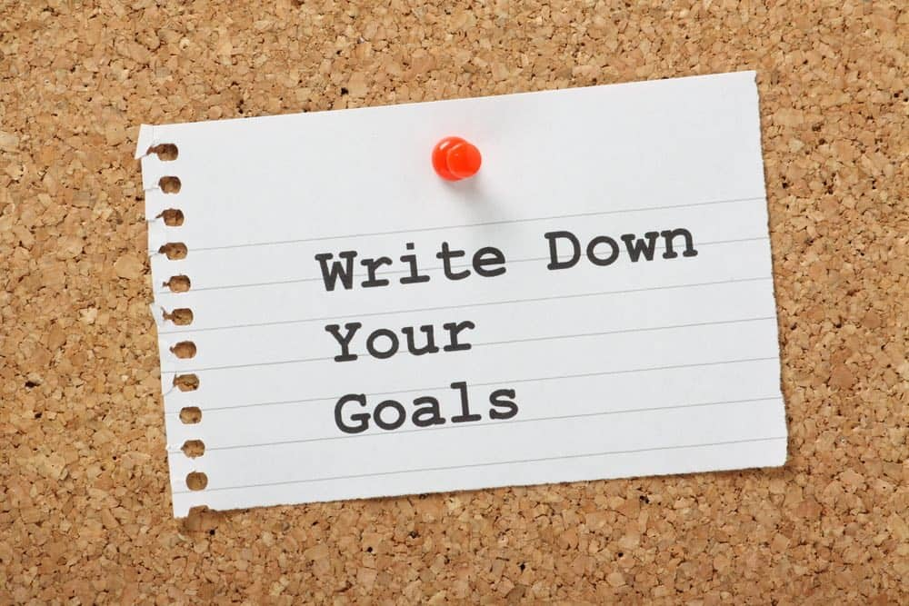 note on a cork board about goal setting for weight loss