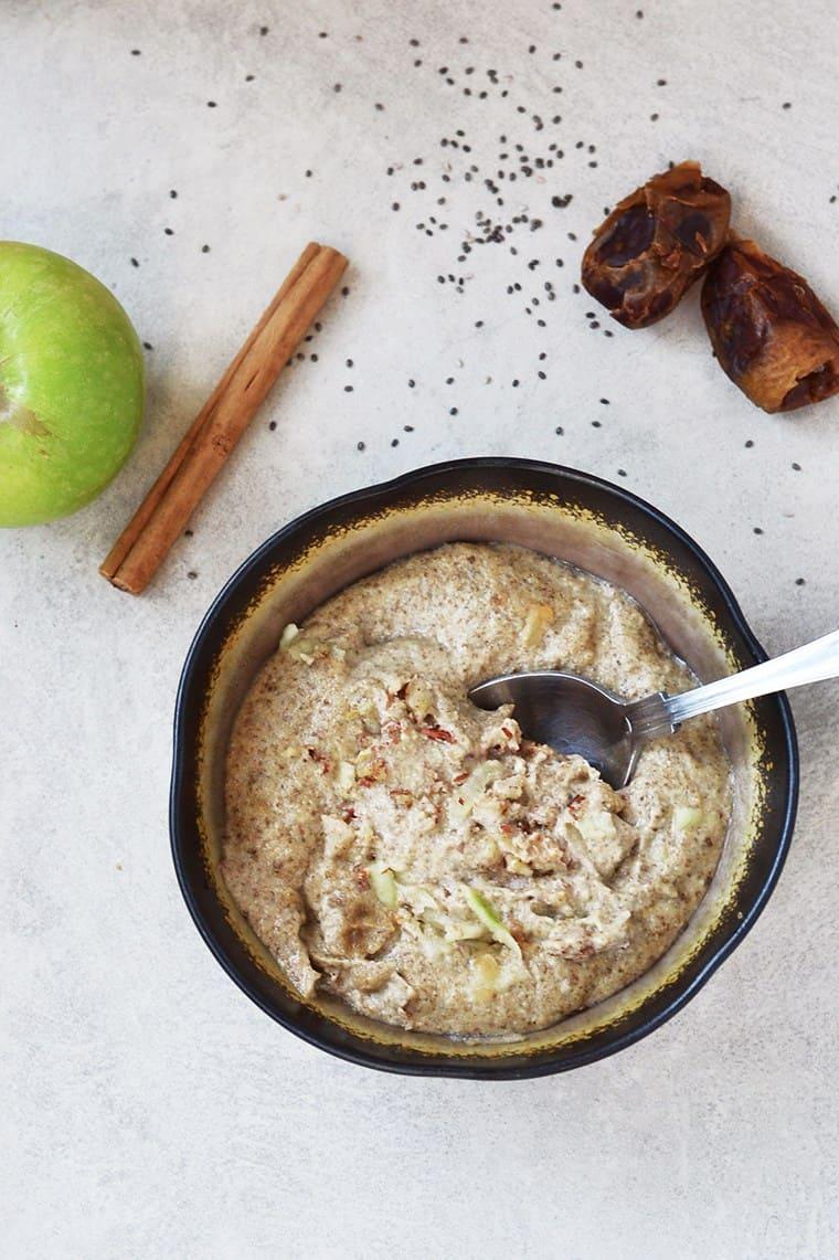 Raw apple pie porridge