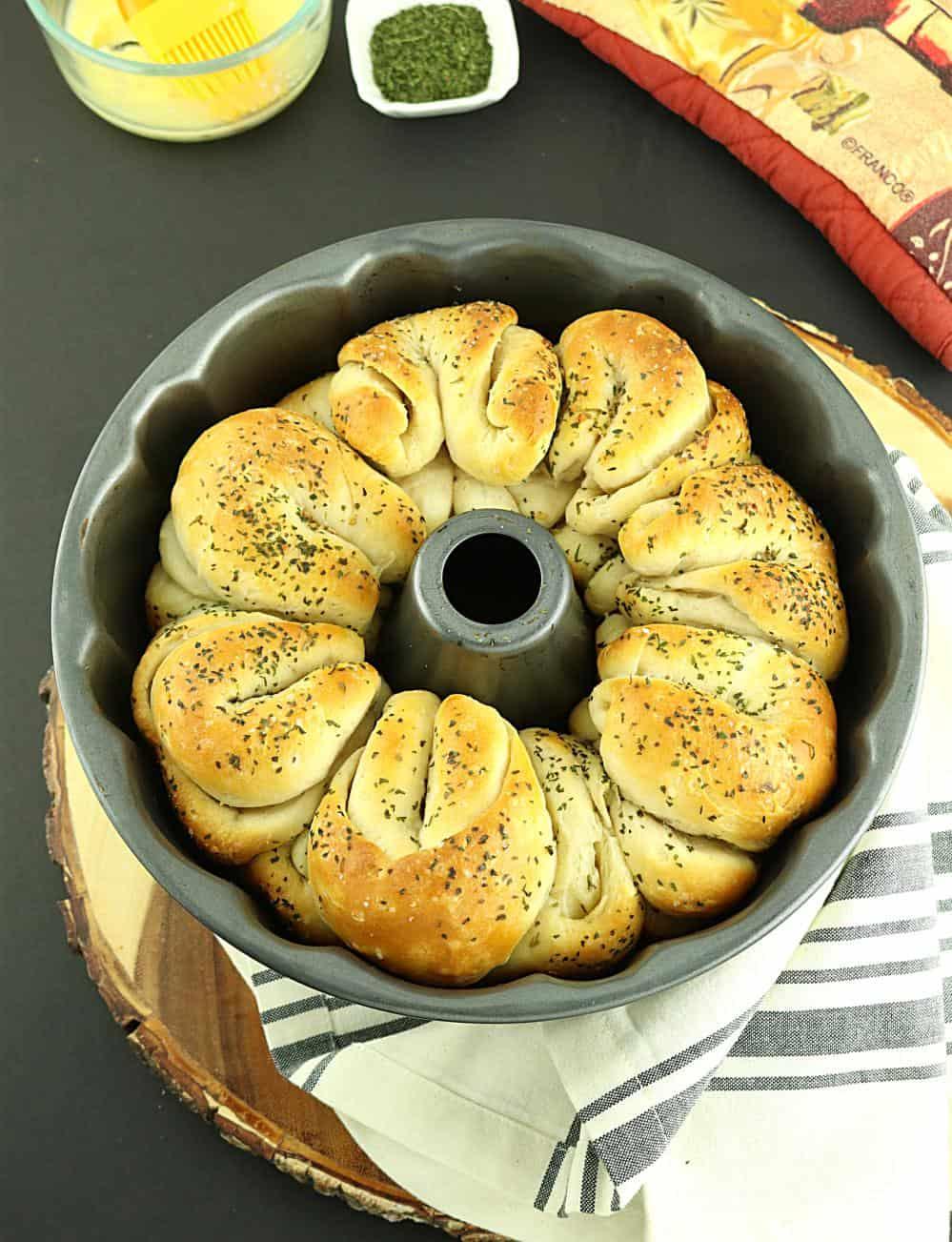 Garlic pull-apart vegan rolls